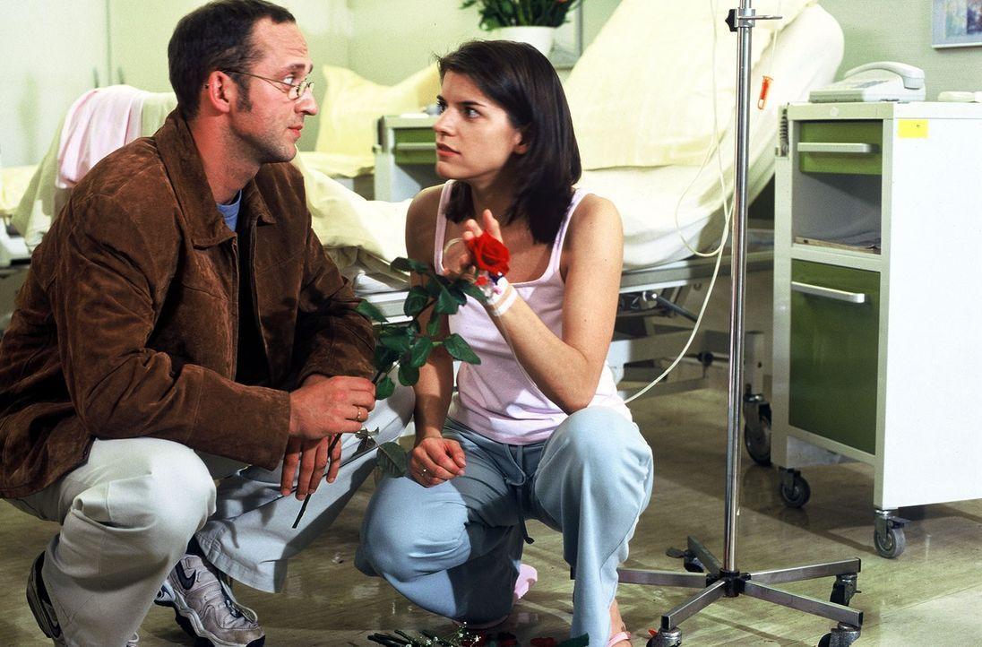 Romy Eder (Juliane Gibbins, r.) hat sich über ihren Mann Mike (Matthias Matz, l.) mit Tripper angesteckt, was zur Folge hat, dass sie keine Kinder m... - Bildquelle: Norbert Kuhroeber Sat.1