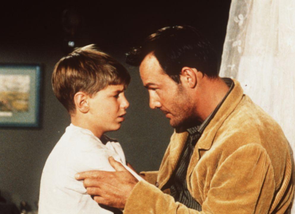 Der aus dem Gefängnis entflohene Vance Allen (Logan Field, r.) ist in das Haus der Cartwrights eingedrungen, wo sein Sohn Billy (David Ladd, l.) zur... - Bildquelle: Paramount Pictures