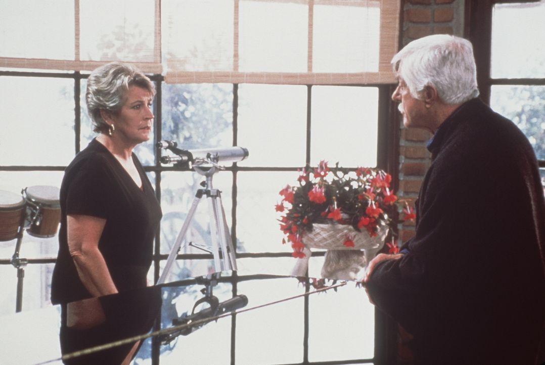 Mark (Dick Van Dyke, r.) verspricht seiner alten Freundin Danielle (Helen Reddy, l.), die an Alzheimer erkrankt ist, immer für sie da zu sein. - Bildquelle: Viacom