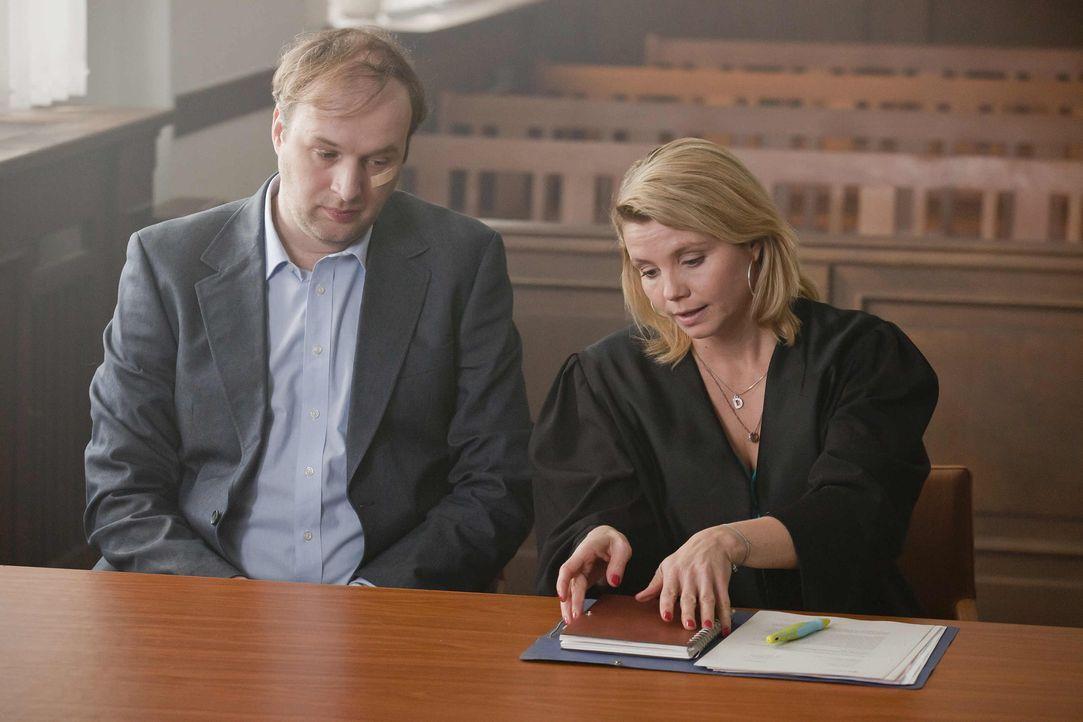 Mit großem Einsatz versucht Danni (Annette Frier, r.) Herrn Schöller (Stephan Grossmann, l.) zu helfen. Doch wird sie Erfolg haben? - Bildquelle: Frank Dicks SAT.1