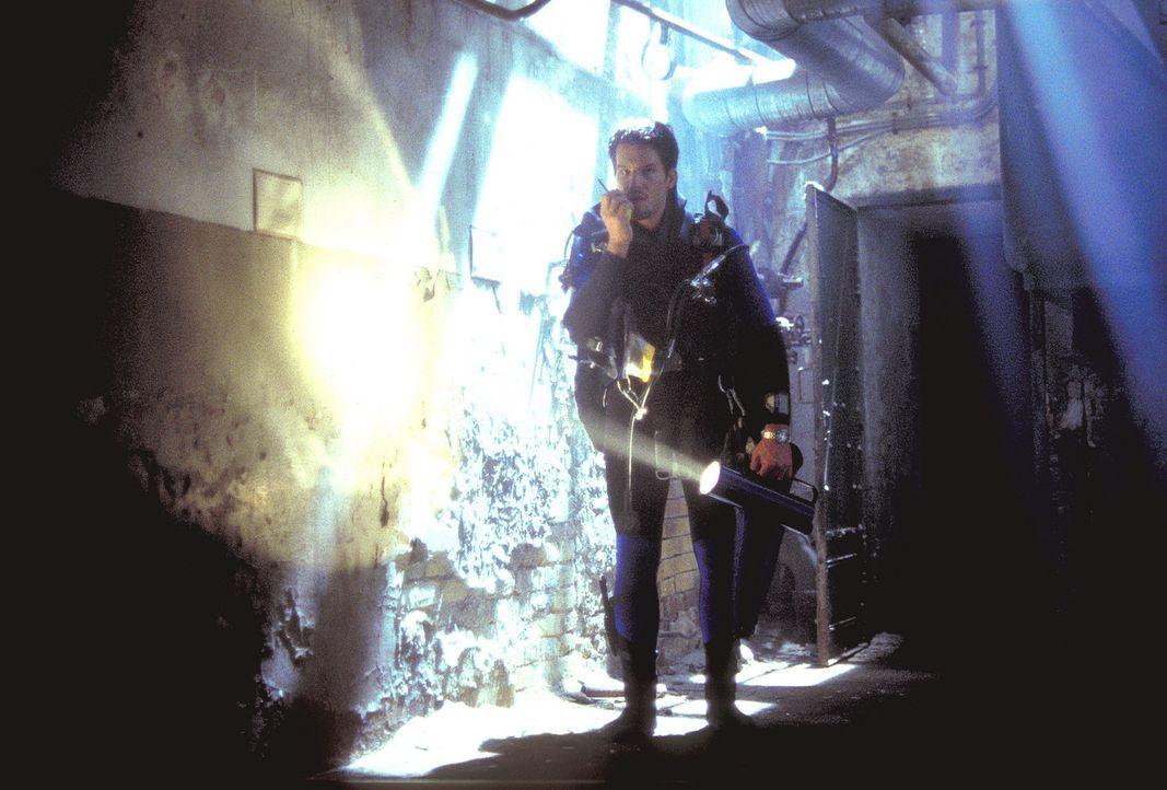 48 Stunden bleiben Alex (Tim Bergmann), um den Hauptzünder des unterirdischen Bombensystems zu entschärfen ... - Bildquelle: Leslie Haslam ProSieben