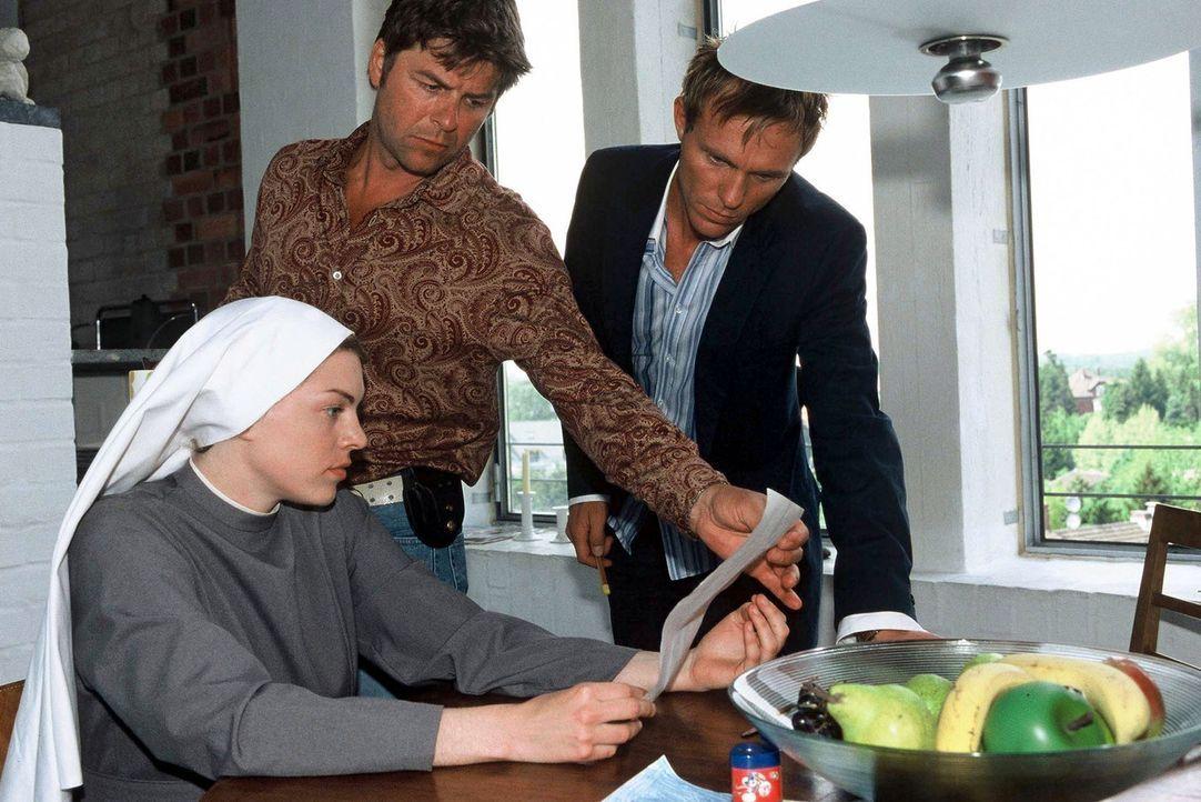 Falk (Dirk Martens, r.), Jupp (Uwe Fellensiek, M.) und Schwester Luise (Victoria Mayer, l.) versuchen mit Hilfe eines Bildes, Näheres über den Mörde... - Bildquelle: Münstermann Sat.1