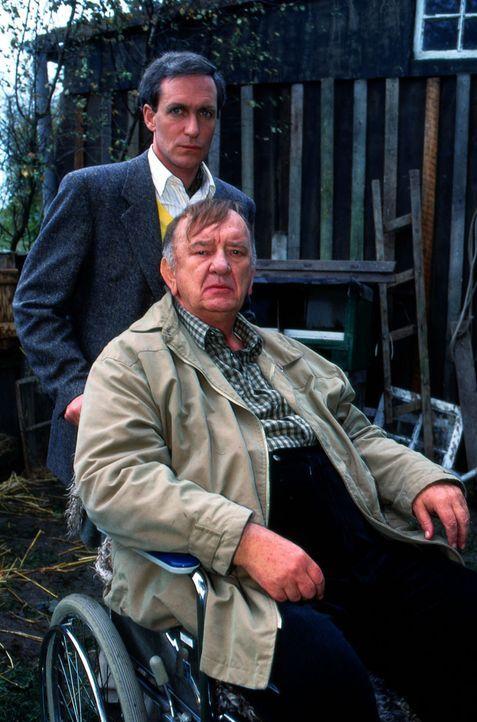 Seit vielen Jahren kümmert sich Ulrich Kempel (August Zirner, l.) um seinen an den Rollstuhl gefesselten Vater (Alexander May, r.), der seine Verbit... - Bildquelle: Werner Kimmig Sat.1
