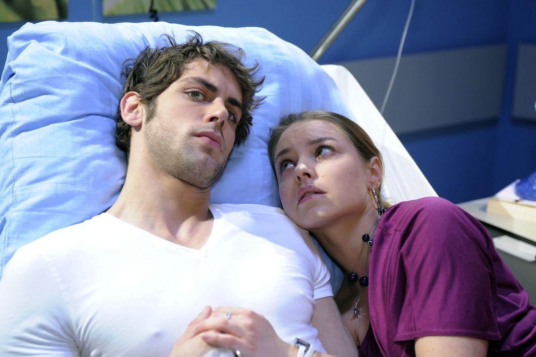 Jonas (Roy Peter Link, l.) unterdrückt gegenüber Katja (Karolina Lodyga, r.) seine wahren Gefühle. - Bildquelle: Oliver Ziebe Sat.1