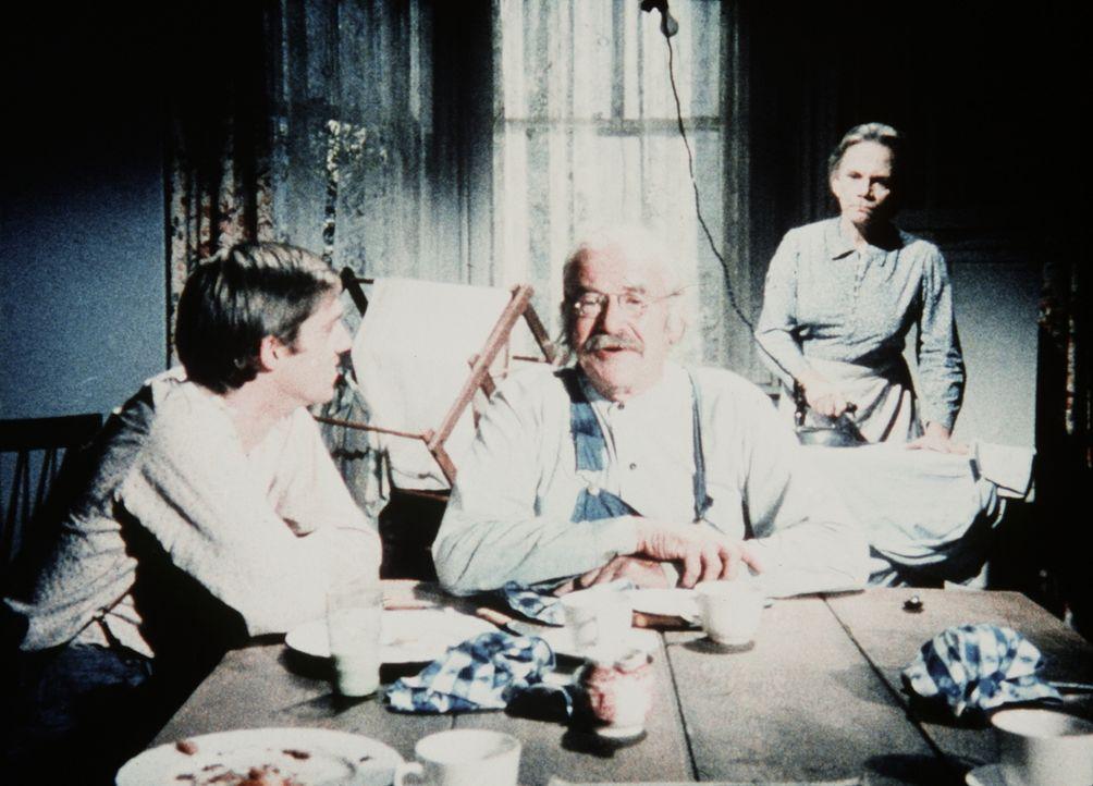John-Boy (Richard Thomas, l.) erklärt Großvater (Will Geer, M.) und Großmutter (Ellen Corby, r.), dass die Kinder die Reparatur der zerbrochenen Bri... - Bildquelle: WARNER BROS. INTERNATIONAL TELEVISION