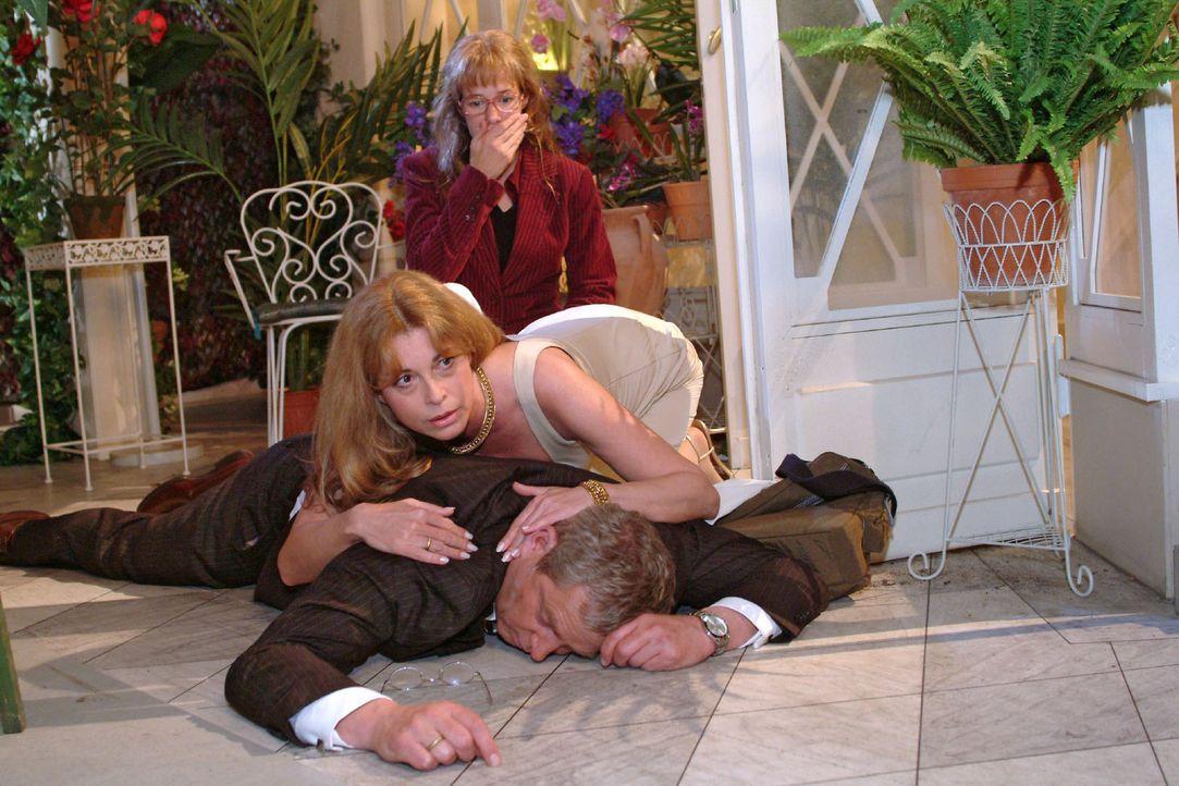 Schockiert muss Lisa (Alexandra Neldel, hinten) mit ansehen, wie Laura (Olivia Pascal, M.) um ihren Mann Friedrich (Wilhelm Manske, vorne), der zusa... - Bildquelle: Monika Schürle Sat.1