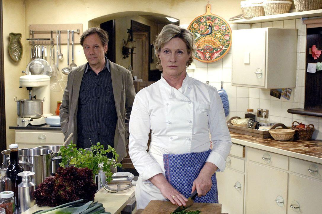Armin (Rainer Will, l.) versucht Susanne (Heike Jonca, r.) sein Verhalten zu erklären. - Bildquelle: Oliver Ziebe Sat.1