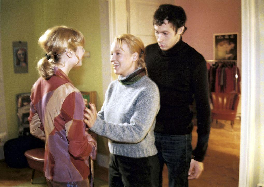 Mala (Floriane Daniel, M.) ist überzeugt, dass der Transvestit Jean vor ihr steht, dabei handelt es sich um Carlos (Marc Hosemann, r.) Ex-Freundin J... - Bildquelle: Scott Kuckler Sat.1
