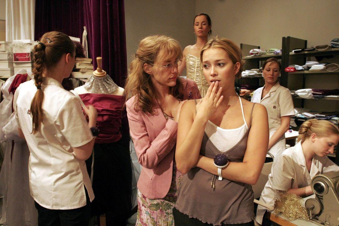 Lisa (Alexandra Neldel, 2.v.l.) macht Hannah (Laura Osswald, 2.v.r.) klar, dass sie auch Verantwortung tragen muss. (Dieses Foto von Alexandra Nelde... - Bildquelle: Noreen Flynn Sat.1