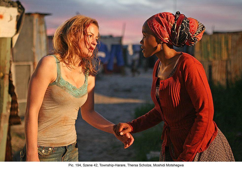 Mit der Hilfe der resoluten Serafina (Moshidi Motshegwa, r.) flüchtet Marisa (Theresa Scholze, l.) vor den angeblichen Sanitätern in das Gassengewir... - Bildquelle: Boris Guderjahn ProSieben