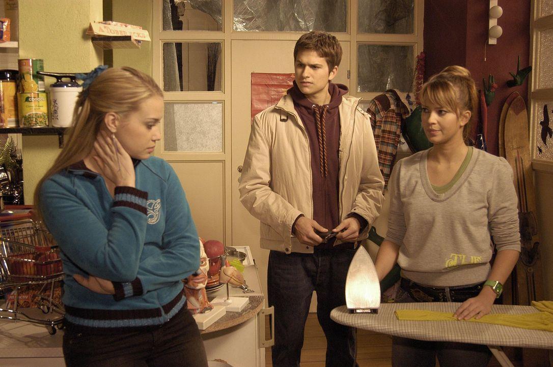 Hannah (Laura Osswald, r.) lässt sich von Kim (Lara-Isabelle Rentinck, l.) überreden, mit ihr in die Villa Seidel einzubrechen, um von dort ihre Sac... - Bildquelle: Noreen Flynn Sat.1
