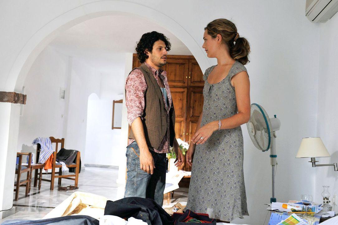 Mit Janis' (Manuel Cortez, l.) Hilfe gelingt es Vanessa (Alissa Jung, r.), in Tims Hotelzimmer einzudringen. Hier findet sie endlich den wahren Grun... - Bildquelle: Hardy Brackmann Sat.1