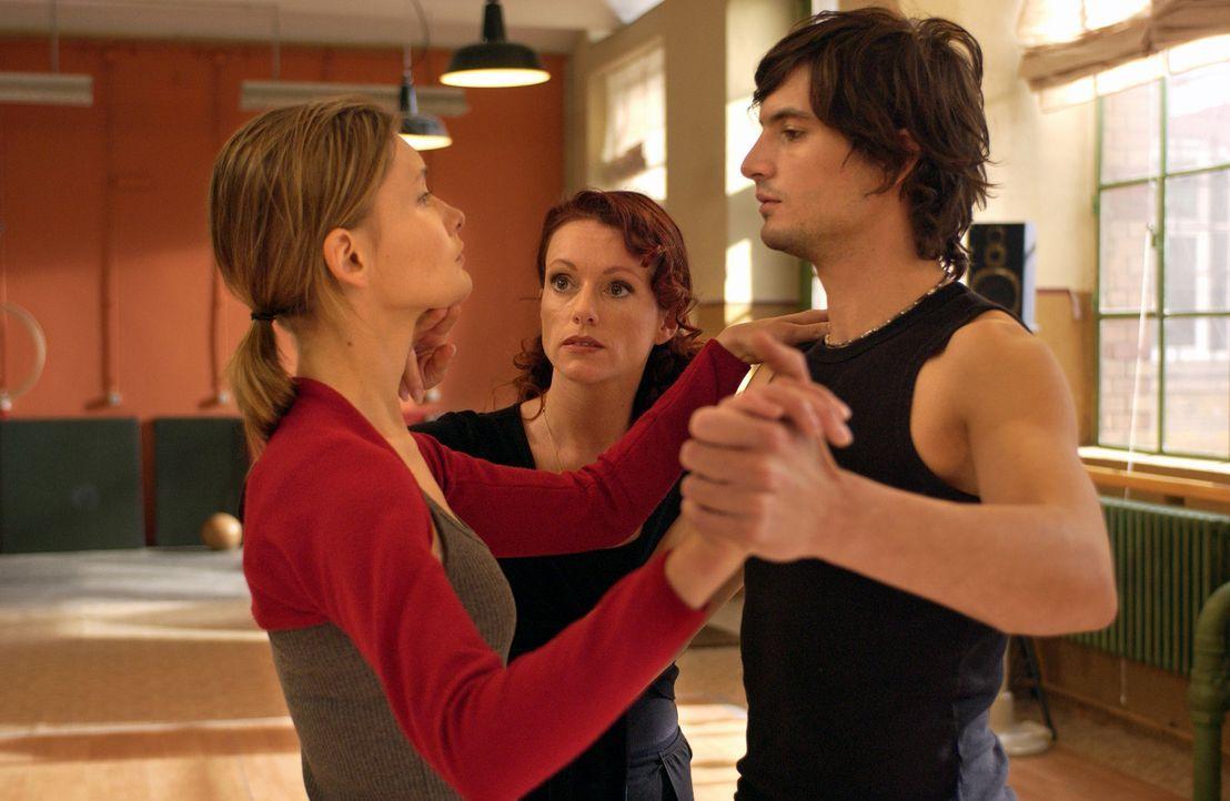 Der große Tag naht, doch die Tanzlehrerin (Joey Cordevin, M.) ist mit dem harmonischen Zusammenspiel des zerstrittenen Paares Chris (Alexandra Finde... - Bildquelle: Rainer Bajo ProSieben