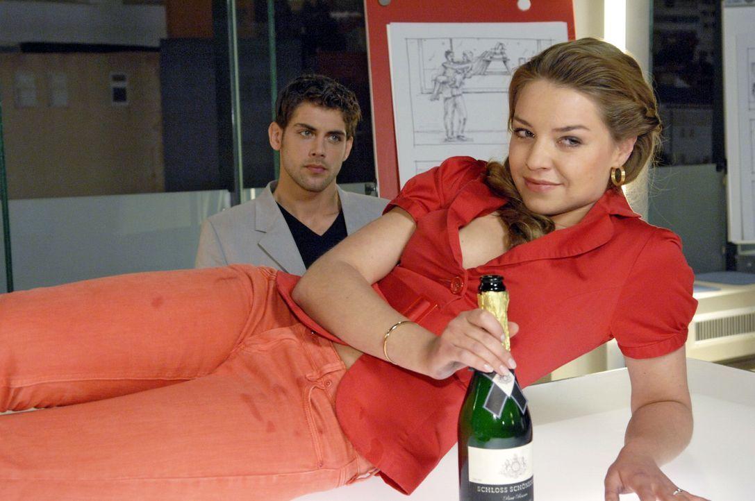 Katja (Karolina Lodyga, r.) hat es scheinbar geschafft, Jonas (Roy Peter Link, l.) wieder an sich zu binden. - Bildquelle: Claudius Pflug Sat.1