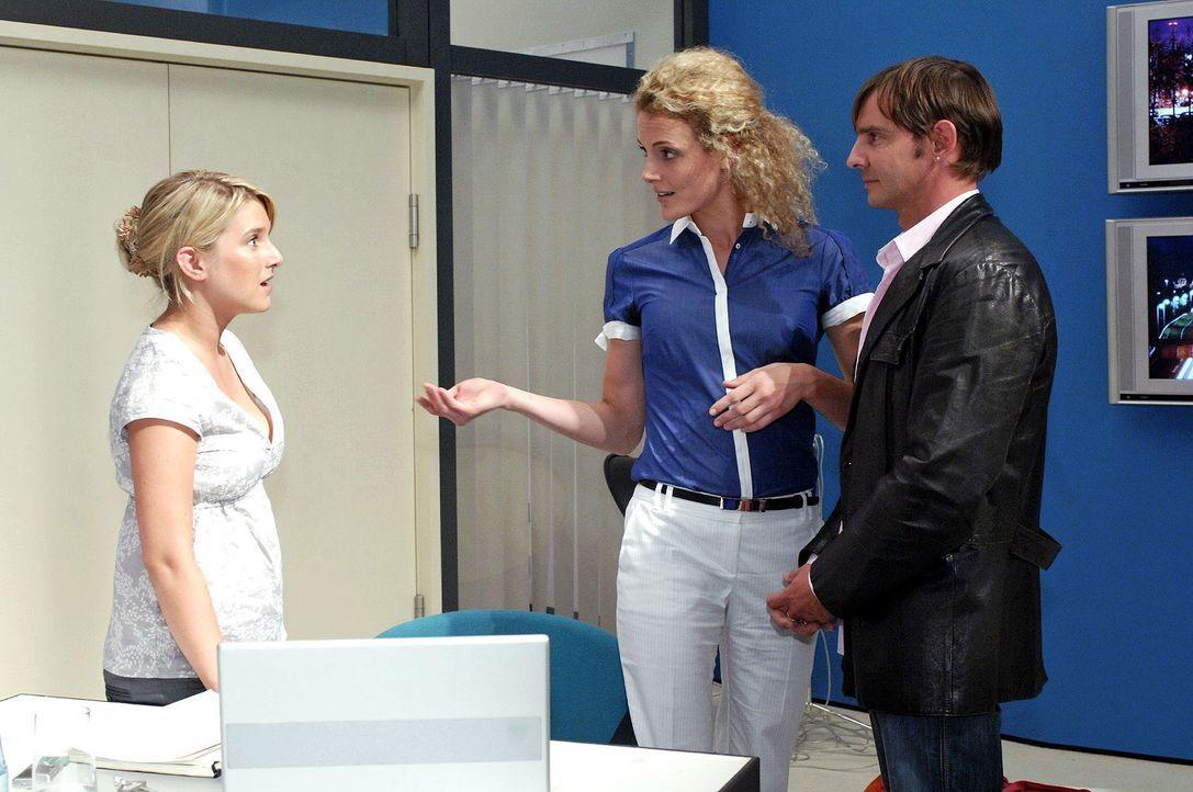 Anna ist schockiert, als ihr bewusst wird, dass sie dem Saboteur gegenübersteht. v.l.n.r. Anna (Jeanette Biedermann), Maja (Barbara Lanz), Bruno (St... - Bildquelle: Oliver Ziebe Sat.1