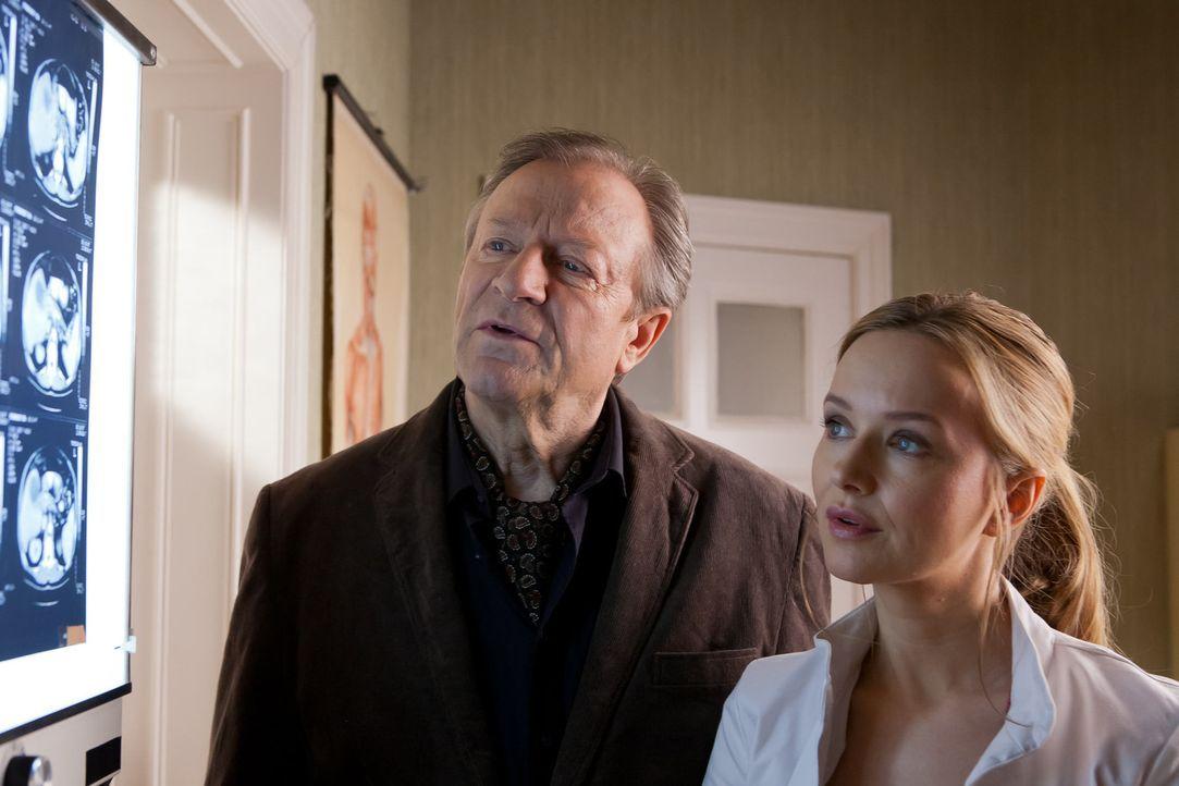 Aus Sorge um ihren krebskranken Onkel beschafft sich Nina (Stefanie Stappenbeck, r.) heimlich seine Krankenakten und konfrontiert ihn mit der Diagno... - Bildquelle: Conny Klein SAT.1