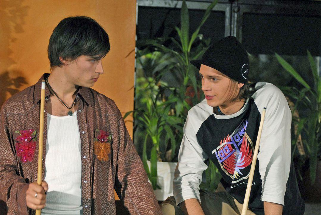 Georg Ott (Maximilian Pelz, l.) und Vinz Thalbach (Bela Klentze, r.) sind die besten Freunde. - Bildquelle: Hans Seidenabel Sat.1