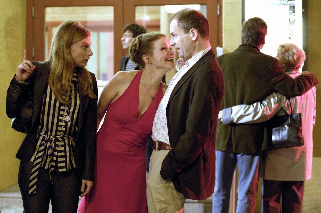 Nicki (Britta Horn, l.) wundert sich über die Veränderung ihrer Freundin Lisa (Mira Bartuschek, M.), die plötzlich mit ihrem Mann Bernd (Thomas Limp... - Bildquelle: Britta Krehl Sat.1