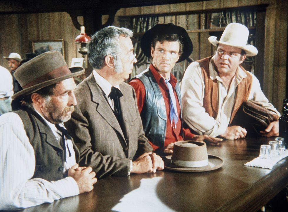 Hoss (Dan Blocker, r.) und Candy (David Canary, 2.v.r.) haben es dem notorischen Lügner Salty (Arthur Hunnicutt, l.) zu verdanken, dass man sie für... - Bildquelle: Paramount Pictures