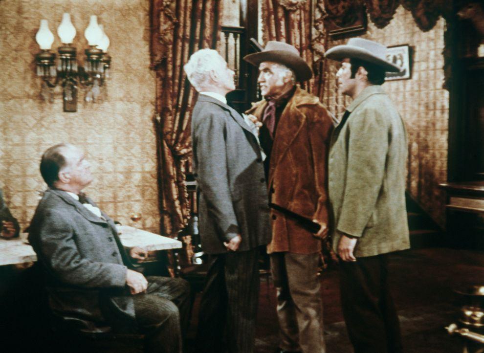 Nachdem Little Joe verschwunden ist, vermuten Ben Cartwright (Lorne Greene, 2.v.r.) und Adam (Pernell Roberts, r.) ihn ganz zu Recht in der Gewalt d... - Bildquelle: Paramount Pictures