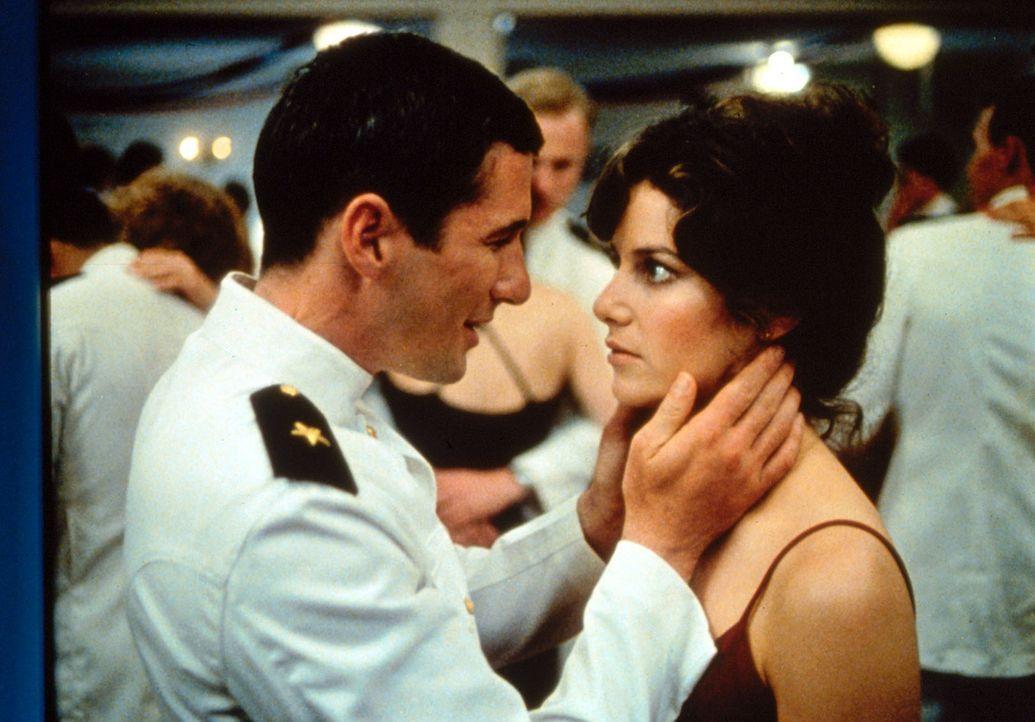 Bei einem nächtlichen Ausflug lernt der angehende Marineoffizier Zack Mayo (Richard Gere, l.) die hübsche Paula Pokrifki (Debra Winger, r.), Arbeite... - Bildquelle: Paramount Pictures