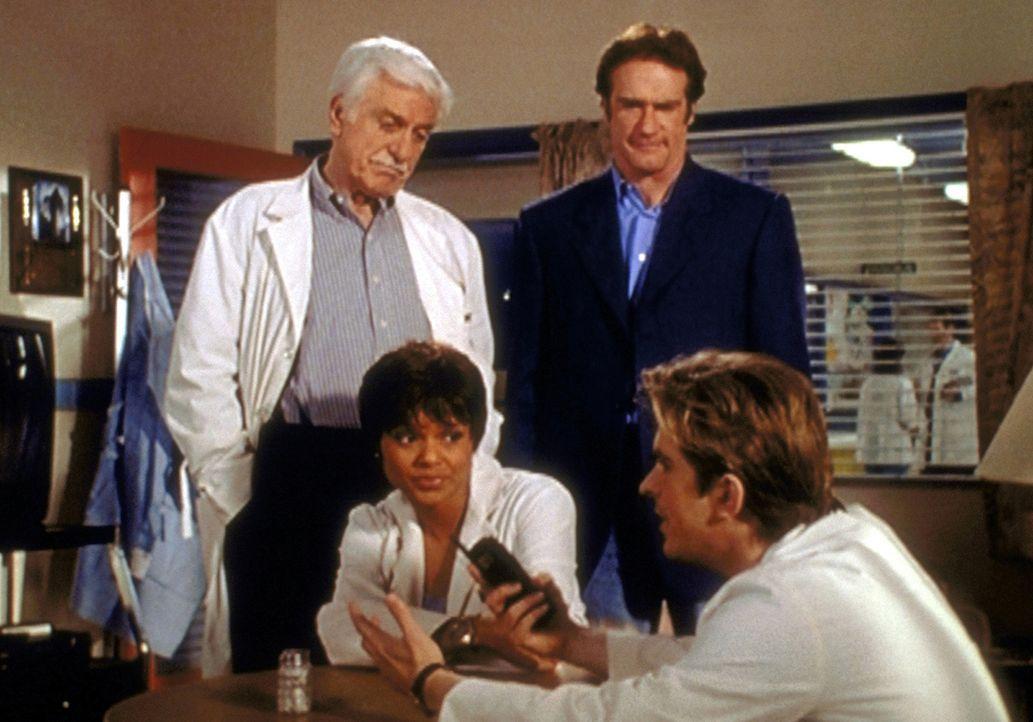 (v.l.n.r.) Mark (Dick Van Dyke), Amanda (Victoria Rowell) und Steve (Barry Van Dyke) lauschen amüsiert Jessies (Charlie Schlatter) Mordtheorie. - Bildquelle: Viacom