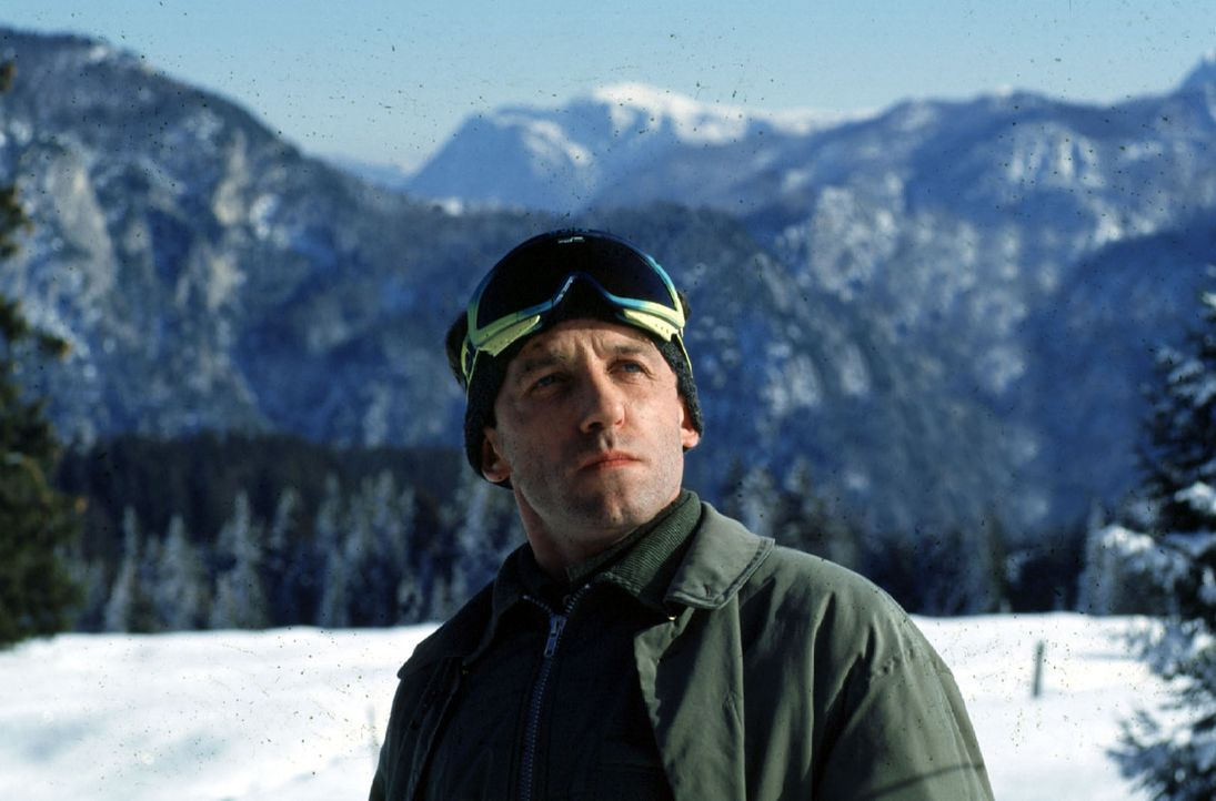 Ernst Stockinger (Karl Markovics) kehrt noch einmal zum Unglücksort zurück. - Bildquelle: Hermann Huber Sat.1