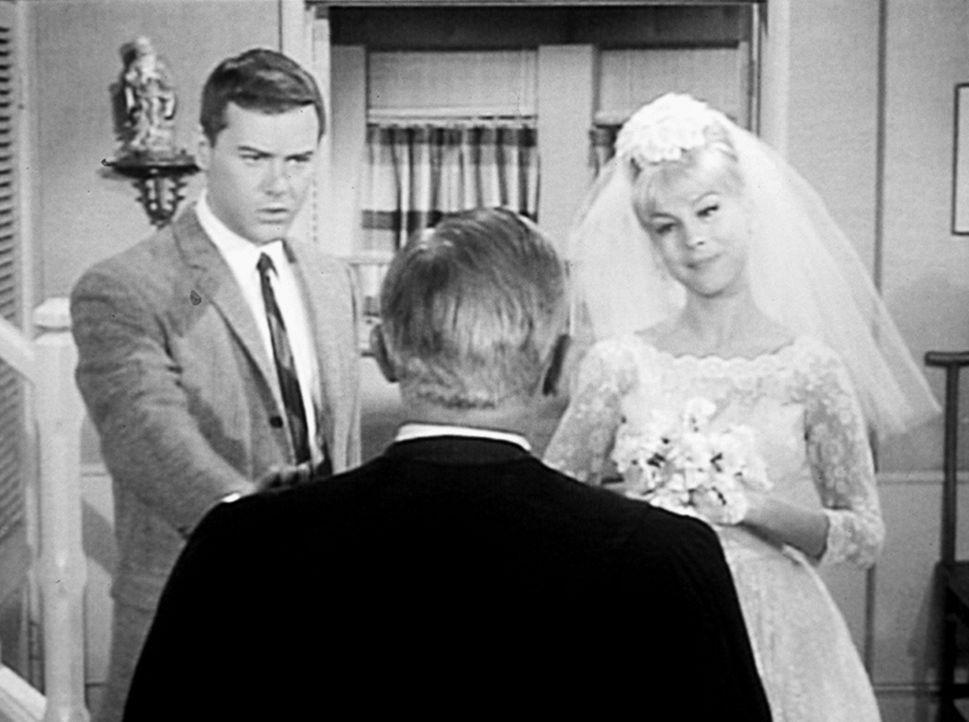 Jeannie (Barbara Eden, r.) will ihren Meister Tony (Larry Hagman, l.) heiraten und zaubert dafür einen Pastor herbei. - Bildquelle: Columbia Pictures