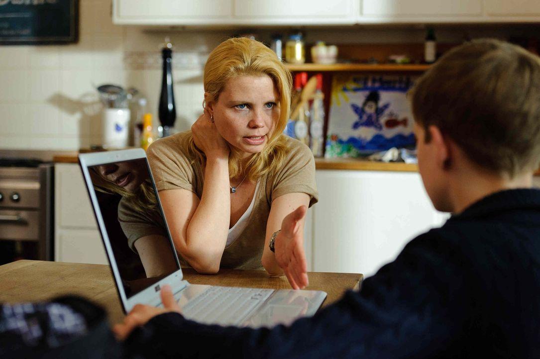 Als Katja (Anette Frier, l.) ganz alleine gegen ihren unbekannten Online-Feind kämpfen muss, taucht völlig unerwartet Hilfe auf: der 12-jährige Lars... - Bildquelle: Willi Weber SAT.1