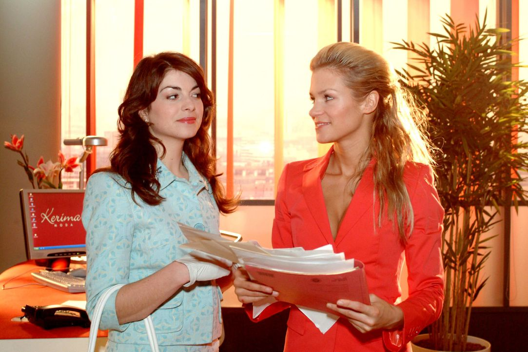 Mariella (Bianca Hein, l.) ahnt, dass hinter den Intrigen gegen Lisa Sabrina (Nina-Friederike Gnädig, r.) steckt. Doch auch sie erträgt es bald nich... - Bildquelle: Monika Schürle Sat.1