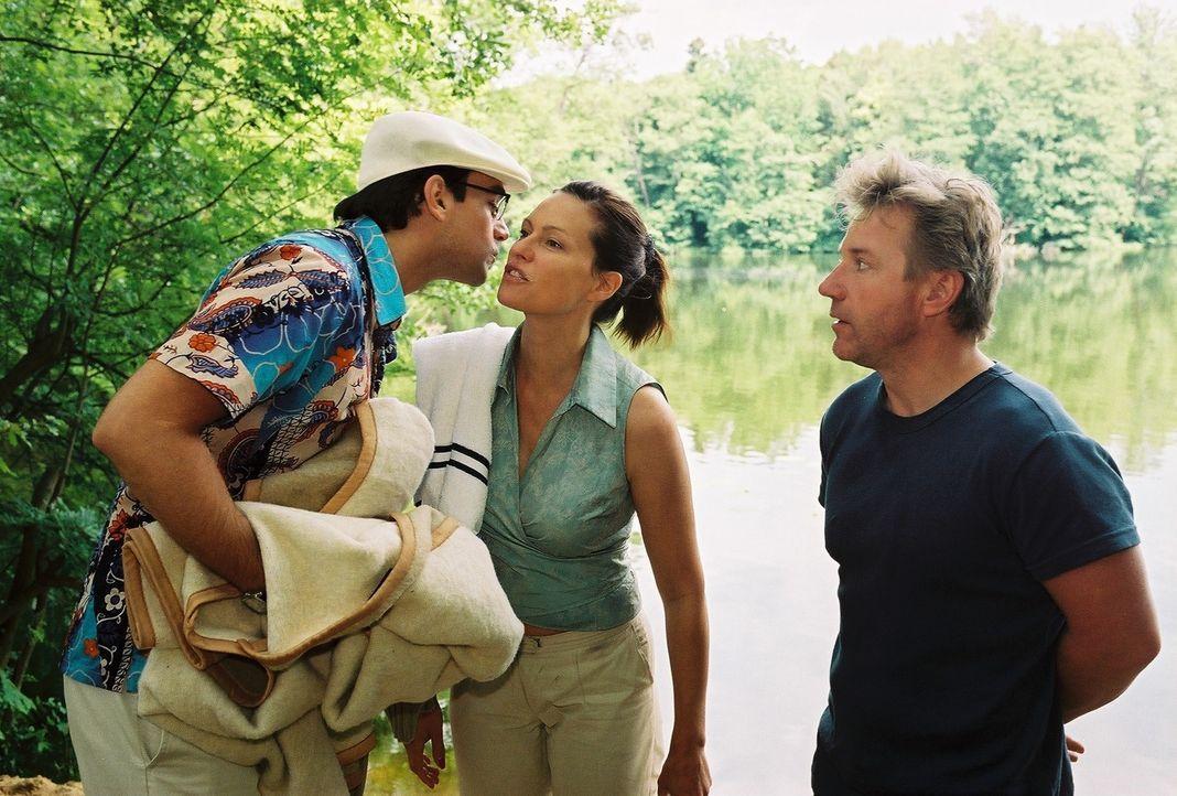 Tom (Jörg Schüttauf, r.), der sich längst in Michaela (Nina Kronjäger, M.) verliebt hat, ist über die Ankunft seines Nebenbuhlers Stefan (Harry Blan... - Bildquelle: Oliver Ziebe Sat.1