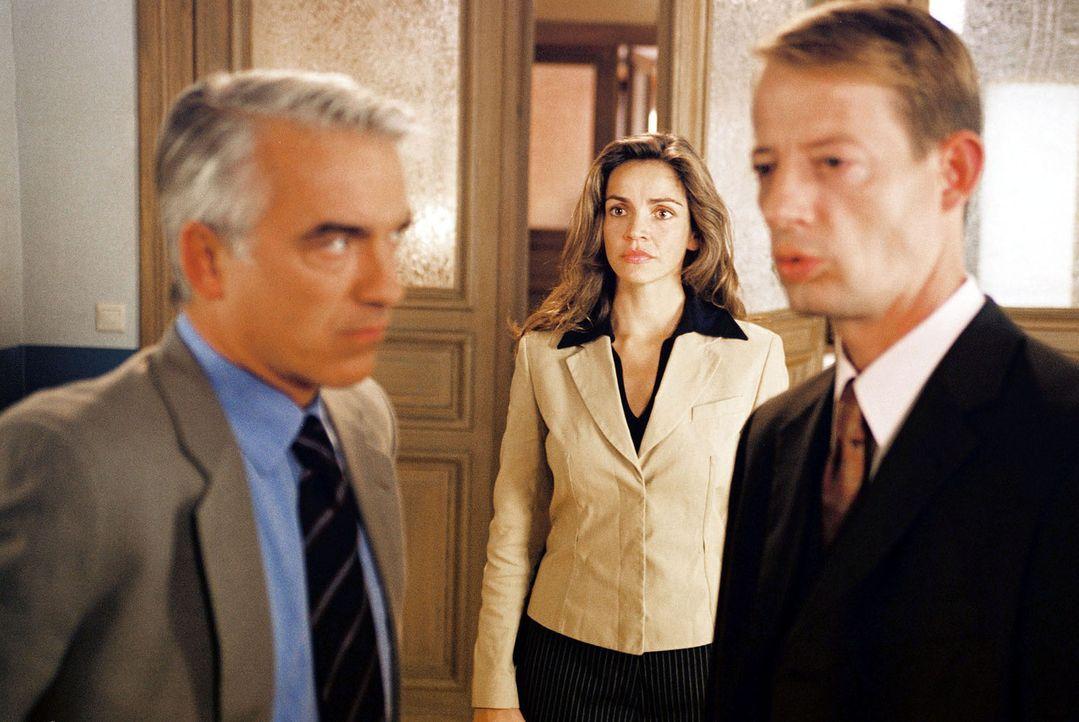 Sandra (Rebecca Immanuel, M.) hat Felix (Christoph M. Ohrt, l.) ein Geheimnis ihrer Freundin Patricia anvertraut. Der wiederum hat dieses Geheimnis... - Bildquelle: Hardy Spitz Sat.1