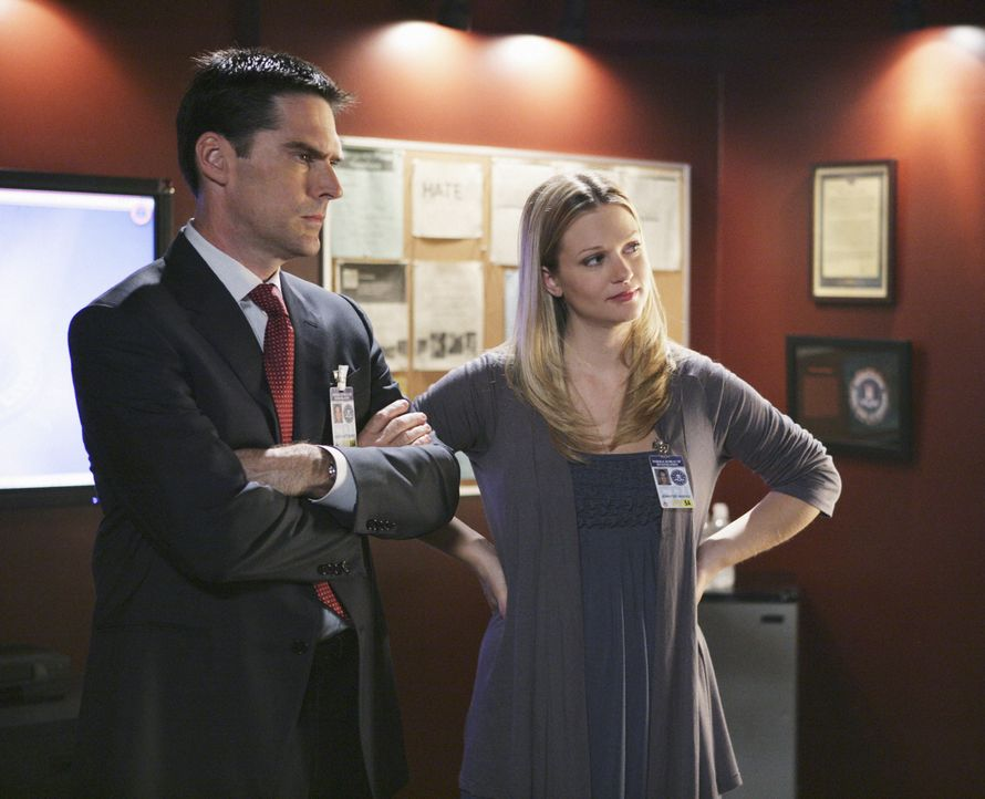 Während JJ (AJ Cook, r.) mit ihrem Baby die Kollegen besucht, versucht Hotch (Thomas Gibson, l.) einen Mörder zu fassen ... - Bildquelle: Adam Taylor 2008 ABC Studios. All rights reserved. NO ARCHIVE. NO RESALE. / Adam Taylor