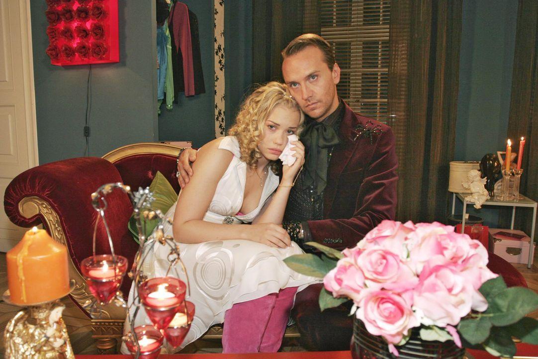 Kim (Lara-Isabelle Rentinck, l.) lässt sich von Hugo (Hubertus Regout, r.) trösten, denn sie weiß nicht, wie sie die nächste Begegnung mit Timo über... - Bildquelle: Noreen Flynn Sat.1