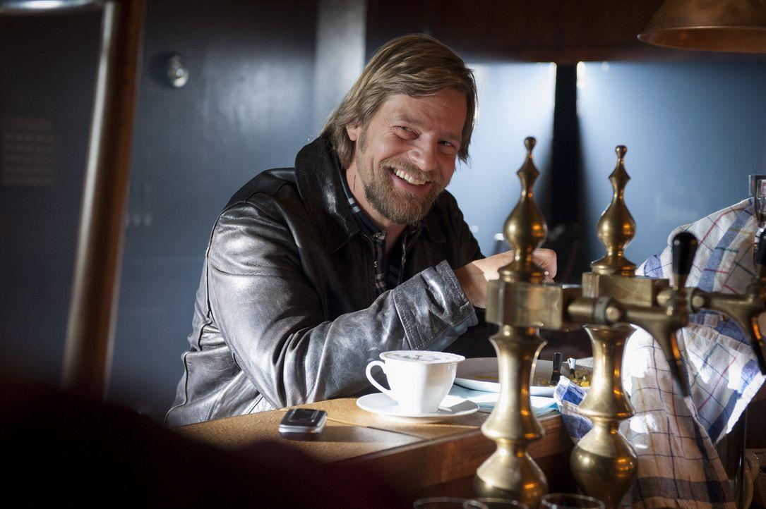 Sein Flirt mit der Kollegin Averdunk entwickelt sich in eine Richtung, die sein Leben etwas komplizierter macht: Mick (Henning Baum) ... - Bildquelle: Martin Rottenkolber SAT.1 / Martin Rottenkolber