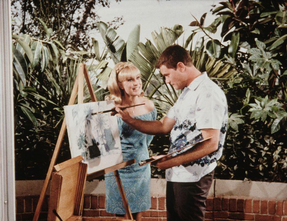 Jeannie (Barbara Eden, l.) und Tony (Larry Hagman, r.) machen Urlaub auf Hawaii, doch ihr Glück bleibt nicht lange ungetrübt. - Bildquelle: Columbia Pictures