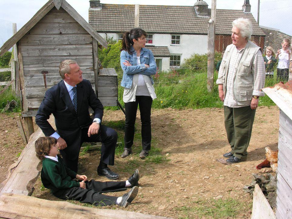 Doc Martin (Martin Clunes, l.) und Louisa (Caroline Catz, M.) können es nicht fassen: Tante Joan (Stephanie Cole, r.) hat einen boshaften Schuljunge... - Bildquelle: BUFFALO PICTURES/ITV