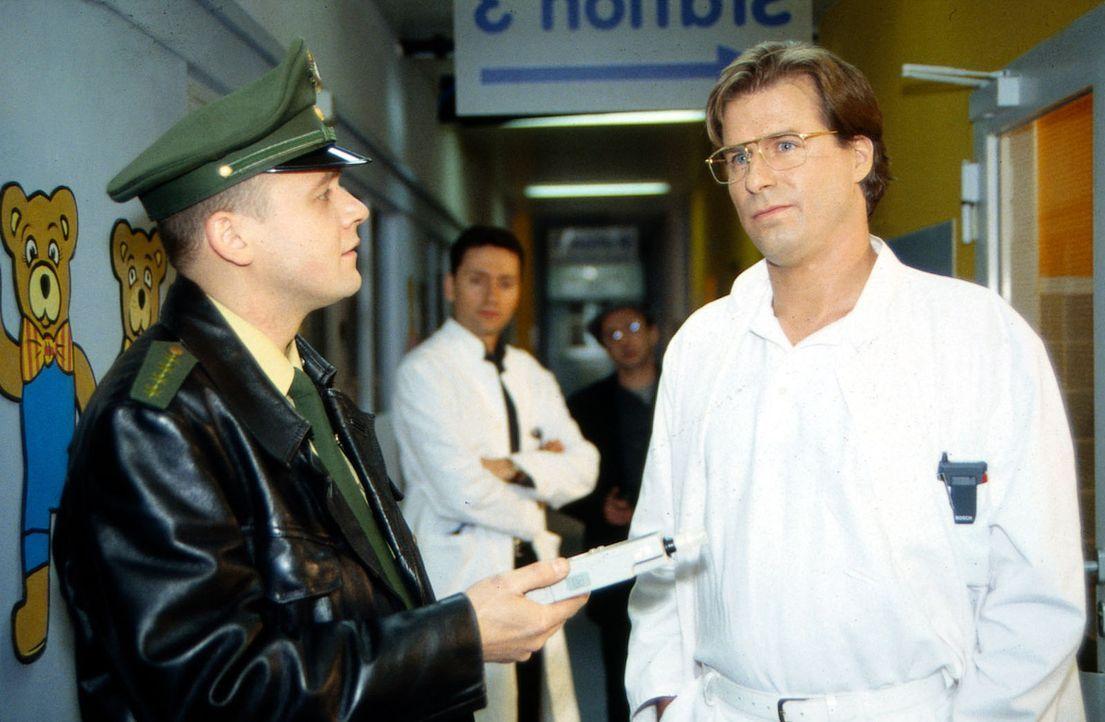 Nach dem Unfall, bei dem Gregor (Ralf Lindermann, r.) erste Hilfe leistete, wird er nun von der Polizei verdächtigt, den Unfall unter Alkoholeinflus... - Bildquelle: Daehn Sat.1
