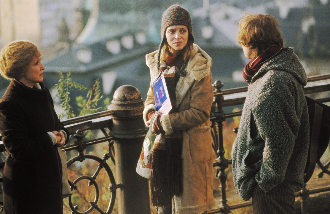 Als Lenny (Oliver Korittke, r.) und Helena (Lucie Zednicková-Pokorná, M.) von Martina (Milena Steinmasslová, l.) erfahren, dass die ermordete Eva au... - Bildquelle: Jiri Hanzl ProSieben