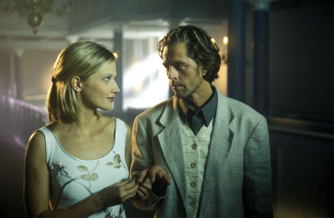 Anna (Doreen Jacobi, l.) und Michael (Stephan Ullrich, r.) geben einander das Ja-Wort. - Bildquelle: Kasia Adamik Sat.1