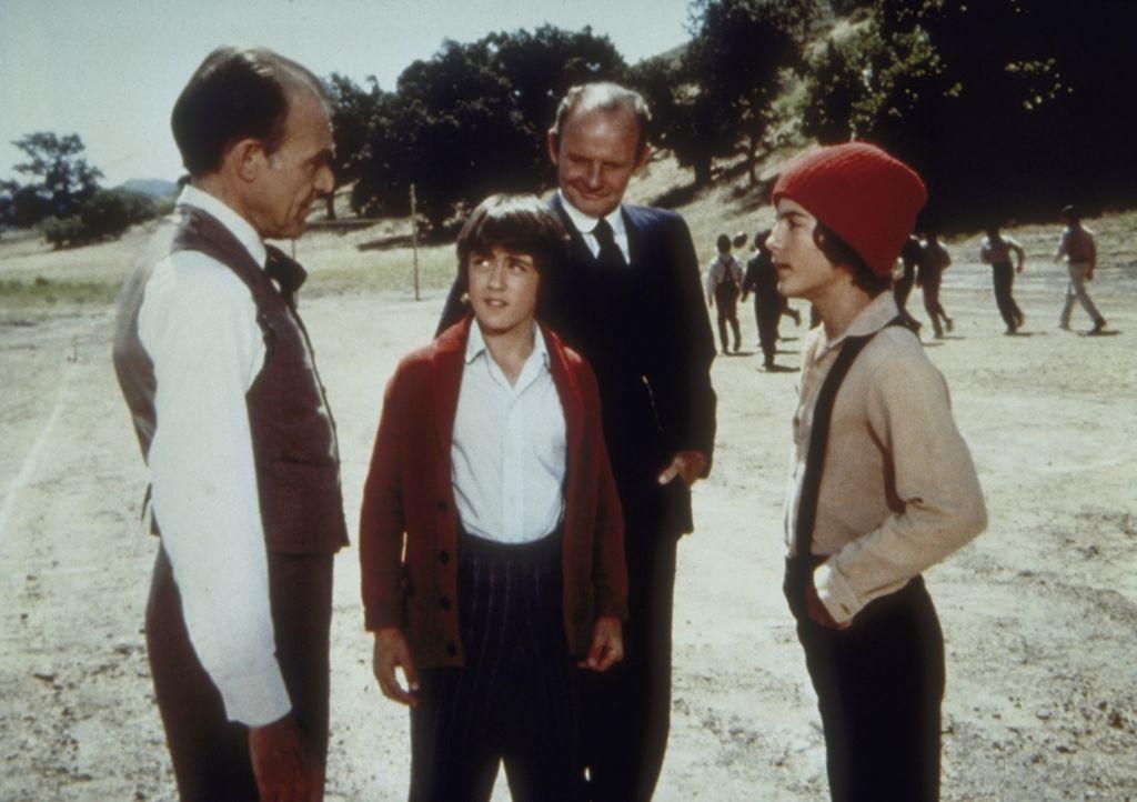 Pete Ellerbee (William Traylor, 2.v.r.) stellt seinen Sohn Dan (James Jarnagin) als neues Mannschaftsmitglied Nels Oleson (Richard Bull, l.) vor. Al... - Bildquelle: Worldvision
