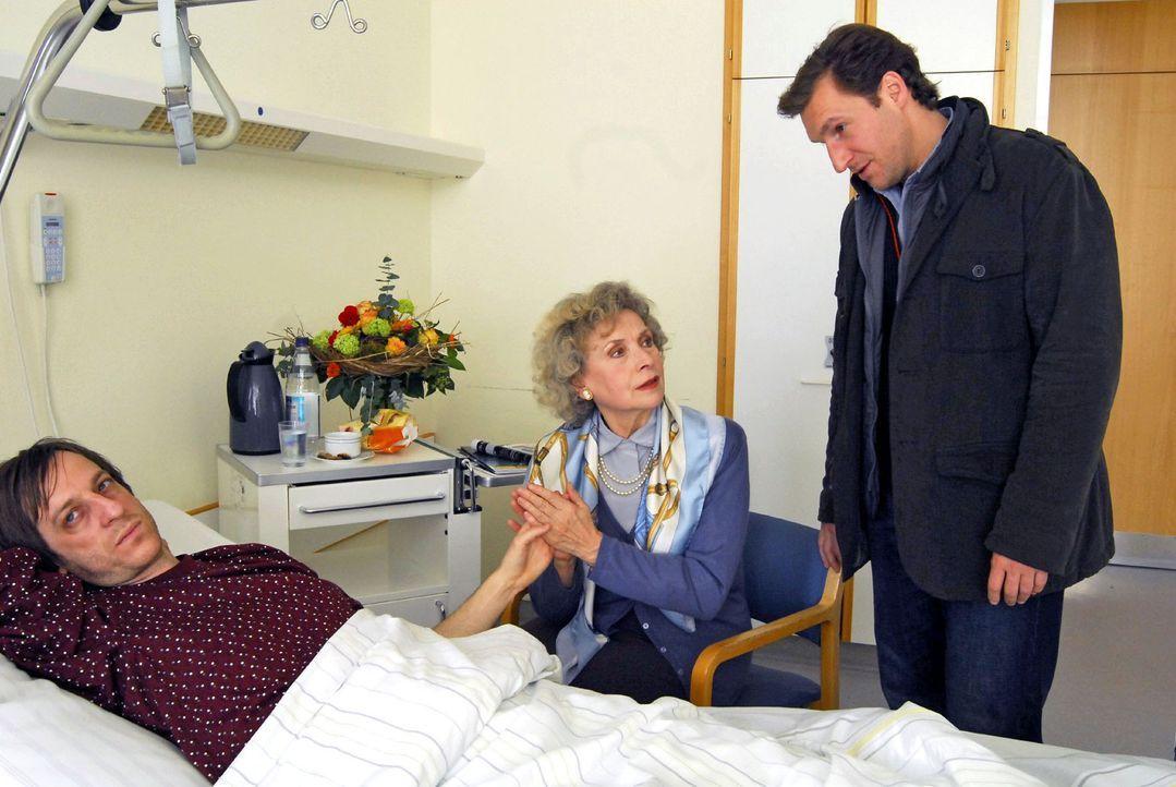 Mark (Siegfried Terpoorten, r.) verhört im Krankenhaus den Nachhilfelehrer Sebastian Steinhuber (Christian Wittmann, l.) bezüglich dessen Beziehung... - Bildquelle: Hans Seidenabel Sat.1