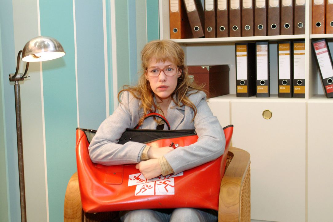 """Lisa (Alexandra Neldel) überlegt es sich noch einmal: Sie ist nun bereit, den Vertrag zu unterschreiben und den """"Pakt mit dem Teufel"""" einzugehen. (D... - Bildquelle: Monika Schürle Sat.1"""