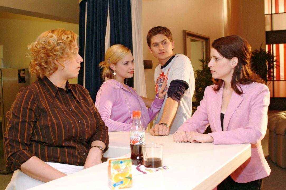 Als Timo (Matthias Dietrich, 2.v.r.) Kim (Lara-Isabelle Rentinck, 2.v.l.) als seine Freundin vorstellt, sind seine Mutter (Stefanie Höner, r.) und A... - Bildquelle: Monika Schürle Sat.1