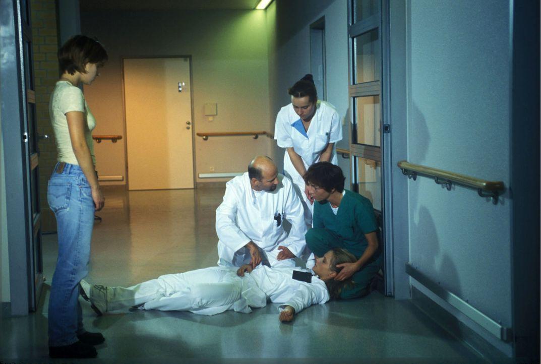 Anna (Doreen Jacobi, vorne liegend) bricht in der Klinik zusammen... - Bildquelle: Kasia Adamik Sat.1
