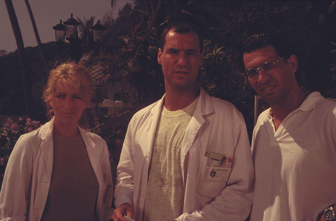 (v.l.n.r.) Dr. Sylvia Rembach (Karin Thaler); Dr. Peter Rembach (Gregor Bloéb); Dr. Ralf Wolters (Silvan-Pierre Leirich) - Bildquelle: Lisa Film