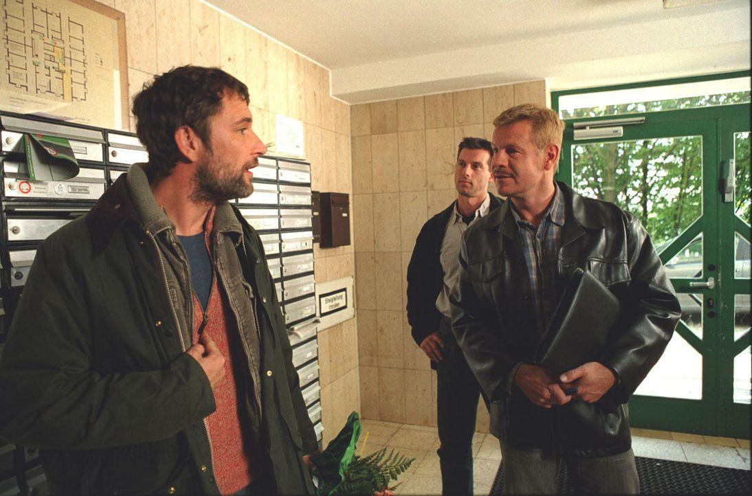 Der bayerische Landwirt Peter (Heikko Deutschmann, l.) erfährt von der Wuppertaler Polizei, dass er mit der Heiratsanzeige hereingelegt wurde ... - Bildquelle: Astrid Wirth Sat.1