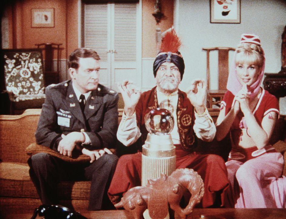 Hadschi lässt Roger (Bill Daily, l.) und Jeannie (Barbara Eden, r.) einen Blick in die Zukunft tun, denn Jeannie will den sterblichen Tony heiraten... - Bildquelle: Columbia Pictures