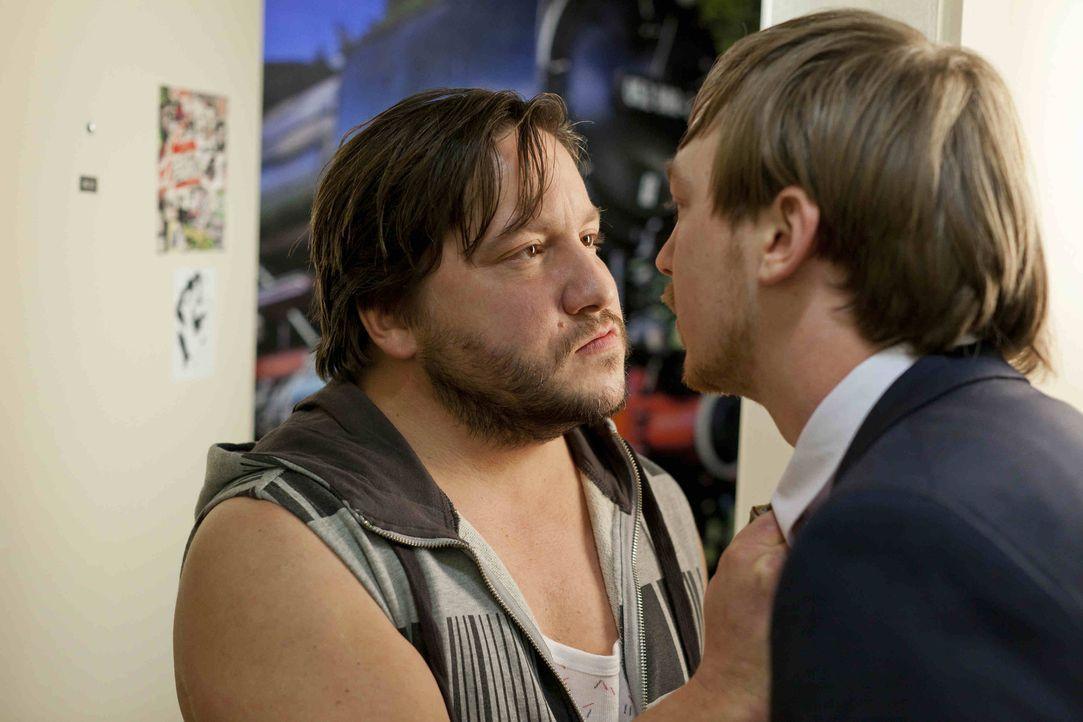 Bei seinem ersten Fall gerät Hannes (Tino Mewes, r.) gleich mal mit Heiko (Stephan Bieker, r.) aneinander ... - Bildquelle: Frank Dicks SAT.1