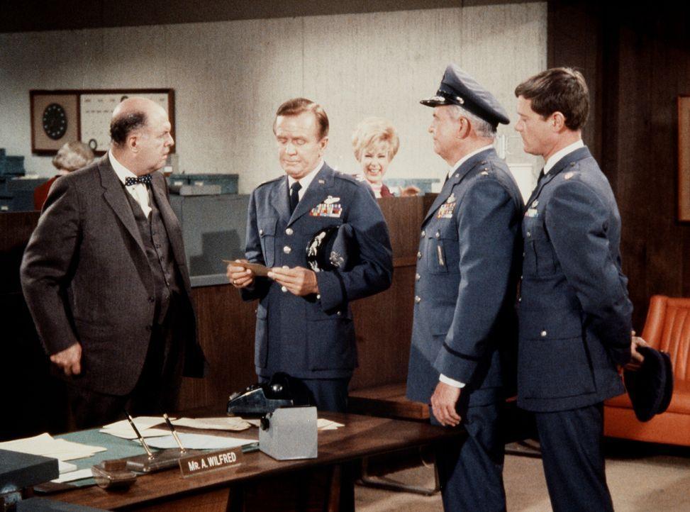Der Bankbeamte Wilfrid (John McGiver, l.) muss Dr. Bellows (Hayden Rorke) und General Peterson (Barton MacLane, 2.v.r.) Auskunft über Tonys (Larry H... - Bildquelle: Columbia Pictures